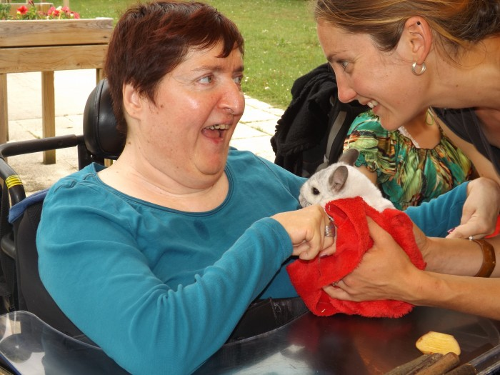 Nadia avec un petit lapin